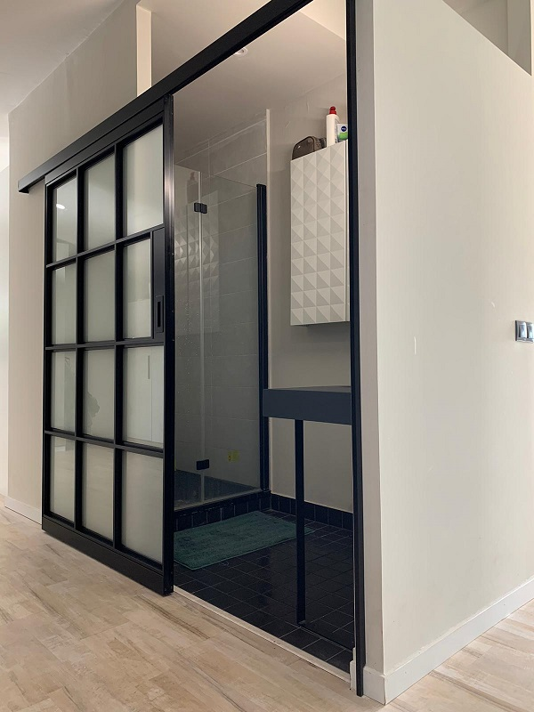 puerta-corredera-aluminio-negra